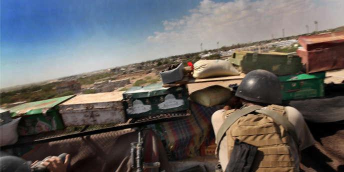 Pour combattre les djihadistes, une unité antiterroriste yéménite a pris position dans les logements inachevés de Zinjibar, à 45km au nord d'Aden.