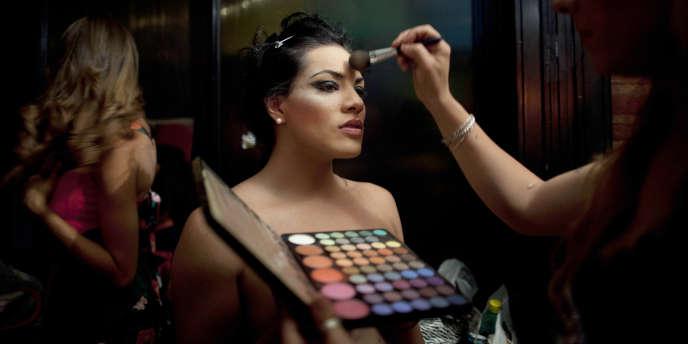 Un mannequin transgenre à Buenos Aires se fait maquiller avant un défilé de mode de travestis.
