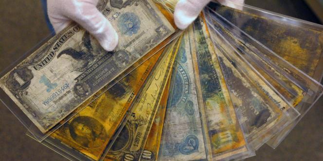 Des billets de monnaie récupérés dans l'épave du