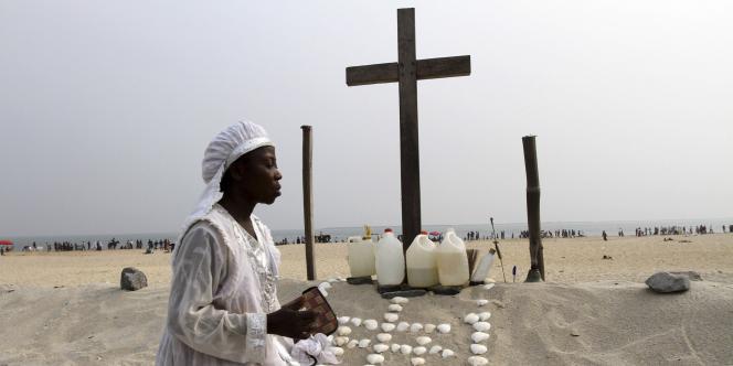 Une chrétienne prie sur une plage de Lagos, au Nigeria, en décembre 2011.