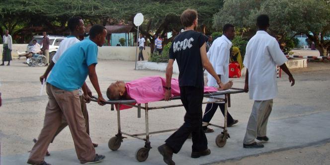 Un employé expatrié de Médecins sans frontières, victime d'une attaque à Mogadiscio, en Somalie, le 29 décembre est emmené à l'hôpital.