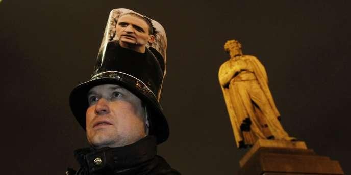Un manifestant arbore le portrait de Sergueï Oudaltsov lors d'un rassemblement à Moscou en 2011.