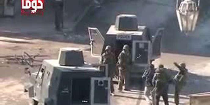 Image extraite d'une vidéo amateur, montrant un militaire frappant un homme arrêté à Douma, le 29 décembre.