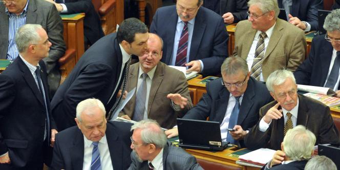 Des députés du parti au pouvoir, le Fidesz, le 30 décembre.