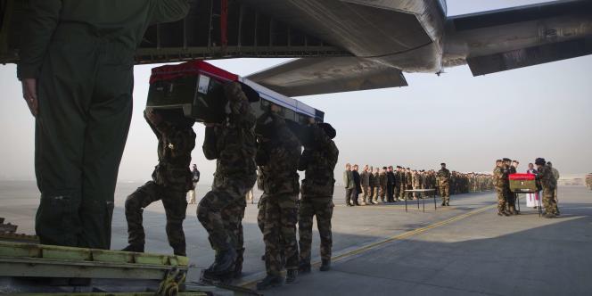 Cérémonie de levée des corps des deux soldats tués le 29 décembre avant leur rapatriement vers la France.