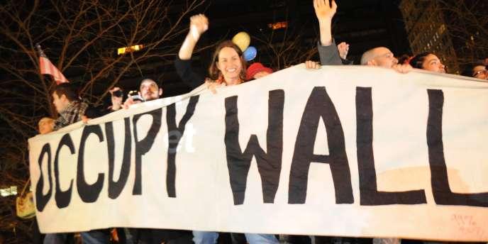 A Zucotti Park, dans le quartier new-yorkais de Wall Street, les protestataires ont fêté le passage en 2012 en passant outre les barricades.