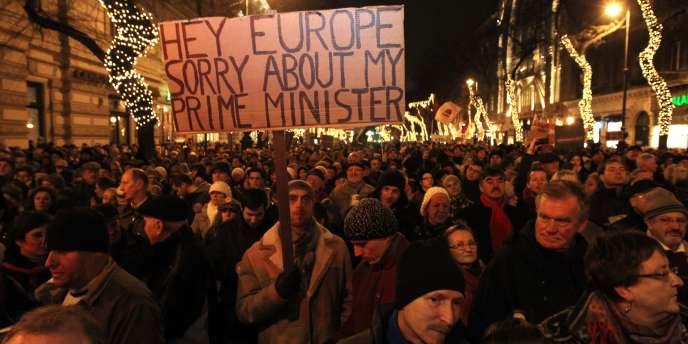 Manifestation contre la nouvelle constitution hongroise, le 2 janvier à Budapest.
