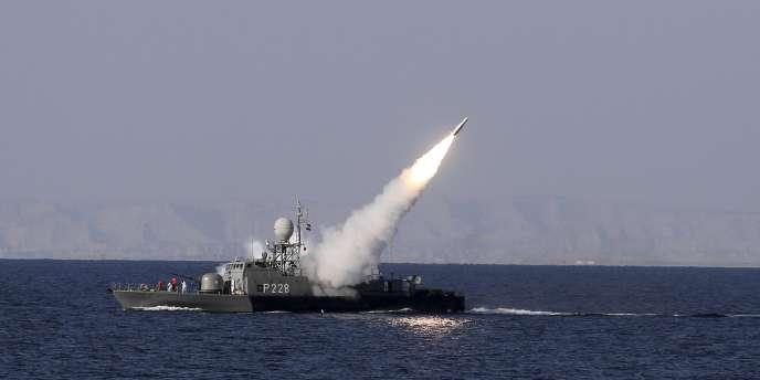 L'Iran a défié dimanche l'Occident en tirant un missile de moyenne portée en mer d'Oman, près du détroit d'Ormuz.