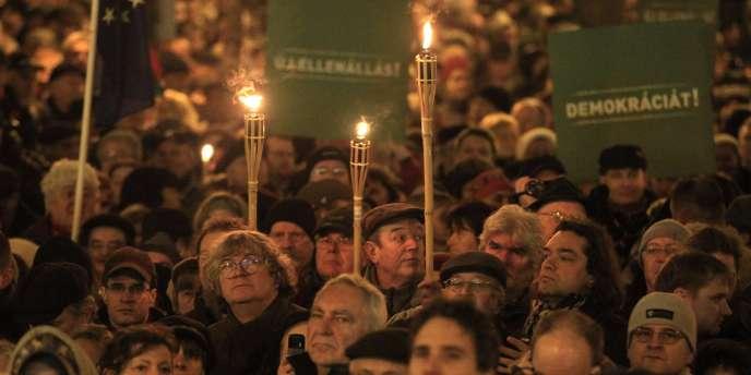 Manifestation contre la nouvelle Constitution, le 2 décembre, dans le centre-ville de Budapest.