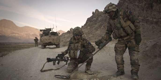 Des légionnaires français à la recherche d'IED sur une route en Afghanistan, le 15 janvier 2011.