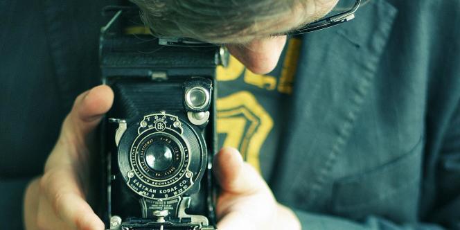 Un utilisateur d'un ancien appareil Kodak.