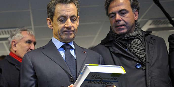 Nicolas Sarkozy et le ministre de l'éducation, Luc Chatel, jeudi 5 janvier, lors de la visite du Centre national de documentation pédagogique à Chasseneuil-du-Poitou.