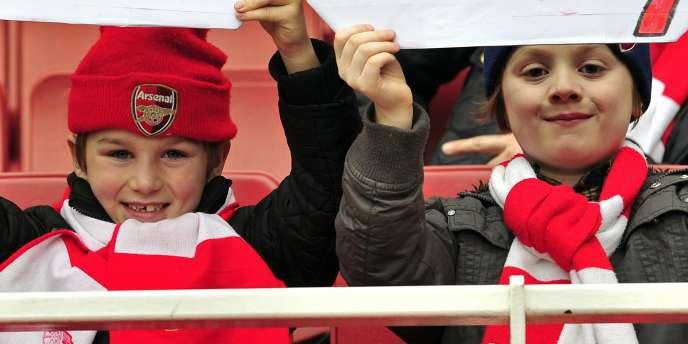 De jeunes supporters d'Arsenal souhaitent la bienvenue à Thierry Henry.