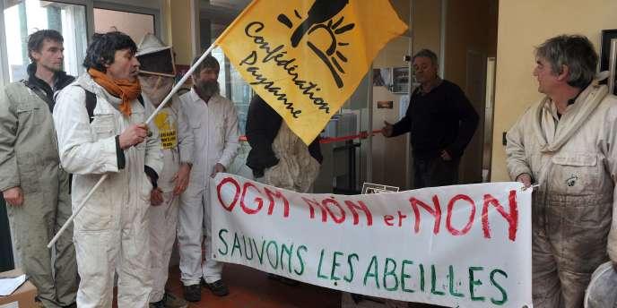 Des apiculteurs occupent le site de la multinationale agro-alimentaire Monsanto à Monbéqui, dans le Tarn-et Garonne, le 6 janvier 2012.