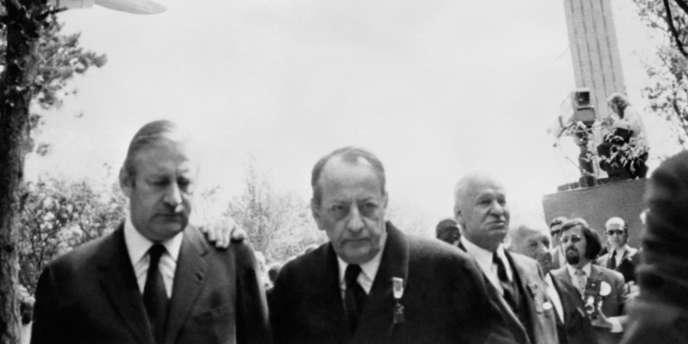 Pierre Lefranc (à gauche), au côté d'André Malraux, lors de l'inauguration du mémorial Charles de Gaulle à Colombey-Les-Deux-Eglises, le 18 juin 1972.