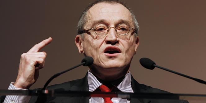 Paul-Marie Coûteaux, souverainiste de droite, candidat aux municipales dans le VIe arrondissement de Paris, sous l'étiquette