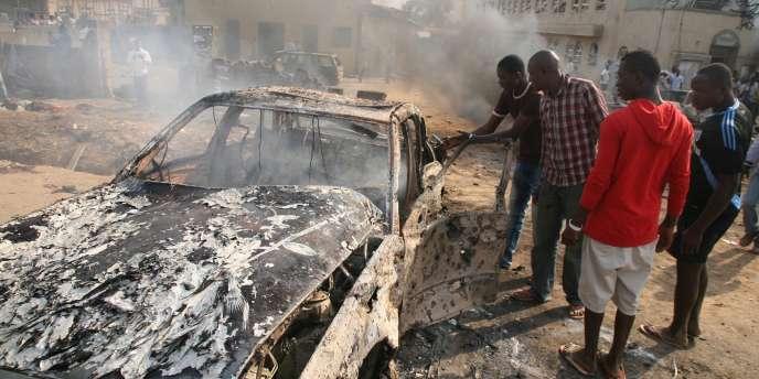 La scène après l'explosion d'une bombe devant une église à Abuja, le 25 décembre.