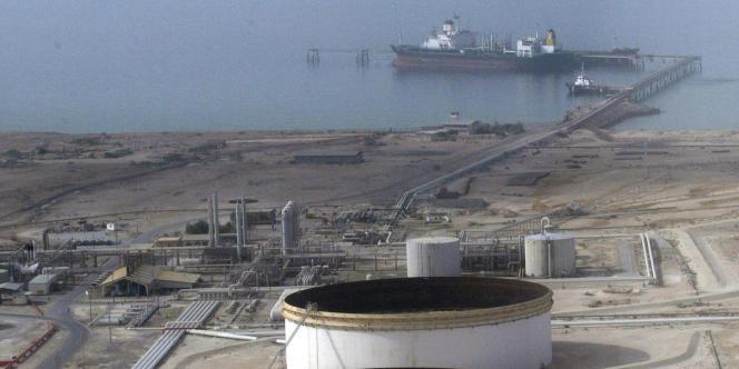 Raffinerie sur l'île de Lavan, dans le golfe Persique. La République islamique d'Iran réclame à chaque réunion de l'OPEP un prix du brut plus élevé afin de soutenir son économie nationale sous perfusion pétrolière.