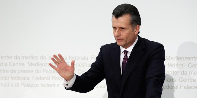 Philipp Hildebrand, le président de la Banque nationale suisse (BNS), est soupçonné de délit d'initié : il a présenté, lundi 9 janvier 2012, sa démission.