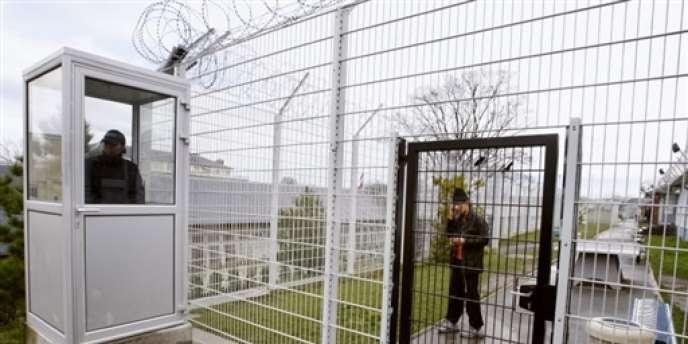 Devant le centre de rétention de Vincennes, en janvier 2008.