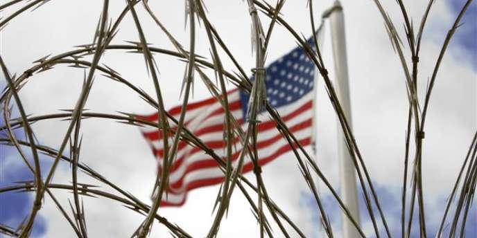 Le drapeau américain devant le camp Delta, à Guantanamo.
