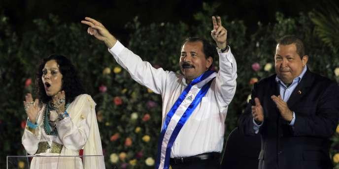 Le président nicaraguayen, à Managua mardi 10 janvier 2013, entouré de sa femme et du président vénézuélien Hugo Chavez.