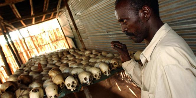 Au mémorial du génocide de Ntarama, en 2003.