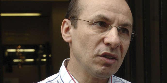Yannick Blanc, devant le préfecture de Paris en juillet 2006.
