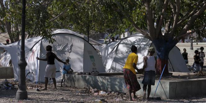 Un des camps de fortune où s'entassent les réfugiés dans les faubourgs de Port-au-Prince, le mardi 10 janvier 2012.