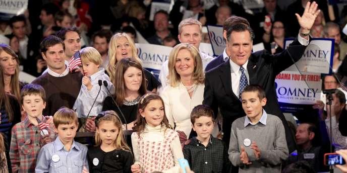 Mitt Romney, entouré de membres de sa famille, salue ses partisans, le 10 janvier à Manchester, dans le New Hampshire.