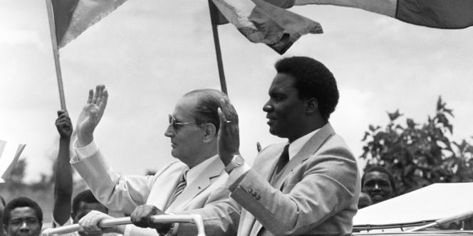 Le 6 avril 1994, le président rwandais Habyarimana - ici avec le président français François Mitterrand en 1982 - est tué dans un attentat contre son avion, au-dessus de Kigali.