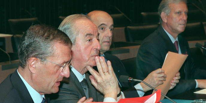 L'ancien premier ministre Edouard Balladur, entouré de trois de ses anciens ministres, François Léotard, Alain Juppé et Michel Roussin.