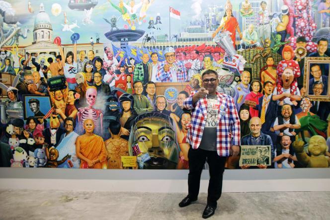 L'artiste thaï Navin Rawanchaikul devant sa toile de 12 mètres de long