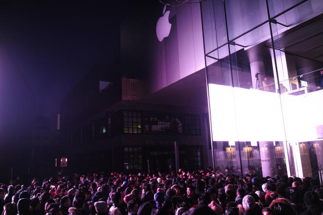 File d'attente devant l'Apple store de Sanlitun à Pékin, le 13 janvier, pour le lancement de l'iPhone 4S.