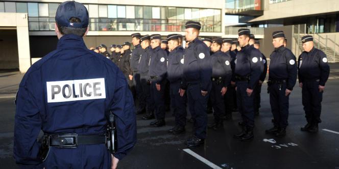 Des fonctionnaires de police observent une minute de silence, le 12 décembre 2011 à Lille, à la suite du décès de leur collègue, le lieutenant Eric Lales.