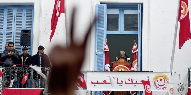 Houssine Abassi, nouveau secrétaire général de l'UGTT, fait un discours sur la place Mohamed Ali au siège historique du syndicat.
