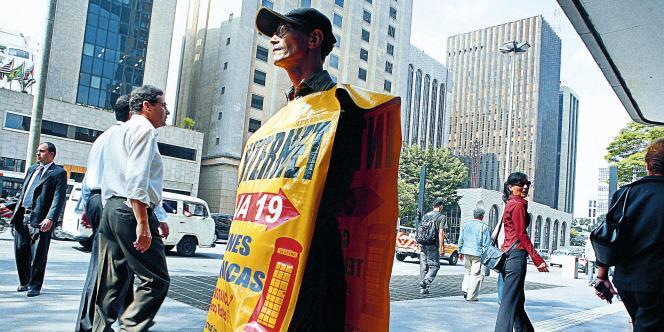A São Paulo, l'ancestral homme-sandwich a fait  sa réapparition sur les trottoirs.