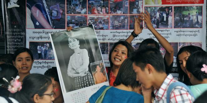 Des partisans de l'opposante Aung San Suu Kyi célèbrent le 64e anniversaire de l'indépendance du pays, le 4 janvier 2012.