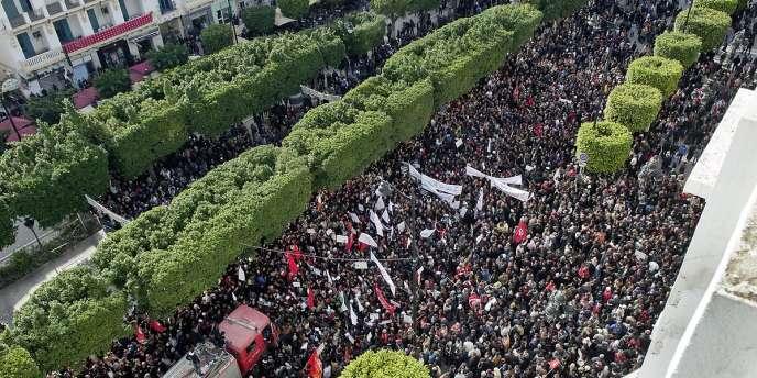 De nombreuses manifestations de partis et de tendances différentes se font face sur l'avenue Habib Bourguiba pour cette commémoration.