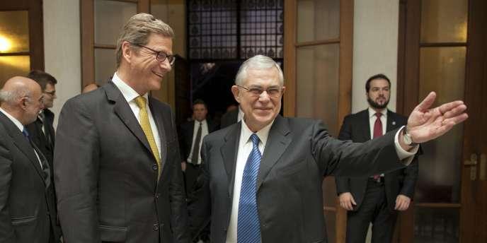 Lucas Papadémos, premier ministre grec, accueille le ministre des affaires étrangères allemand, Guido Westerwelle, à Athènes, le 15 janvier.