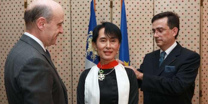 La remise de la légion d'honneur à Aung San Suu Kyi, le 15 janvier 2012.