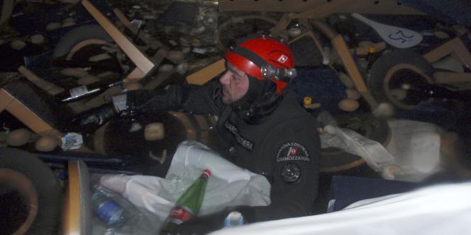 Un plongeur italien inspecte le Costa Concordia, lundi 16 janvier.