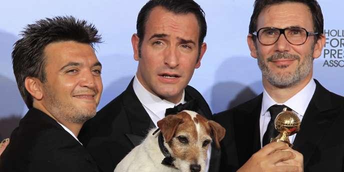 Sur scène, c'est le producteur Thomas Langmann (à g.) qui a reçu le prix, entouré de toute l'équipe du film – chien inclus.