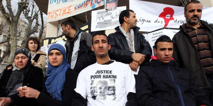 Les parents (à gauche et à droite), les frères et la sœur (au centre) d'Hakim Ajimi participent à un rassemblement le 7 janvier à Grasse en sa mémoire.