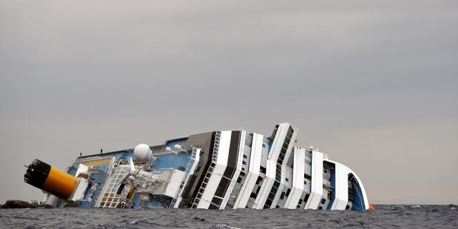 Au moins six personnes sont mortes, une soixantaine ont été blessées, au moins une quinzaine sont portées disparues dans le naufrage de ce navire qui transportait plus de 4 000 personnes.