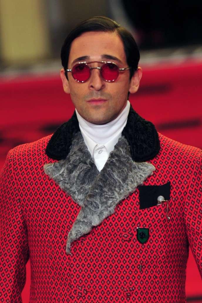 L'acteur Adrien Brody en manteau d'aristocrate lors du final du défilé Prada.