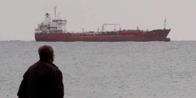 Au large de Chypre, un cargo sensé transporter des munitions vers la Syrie.