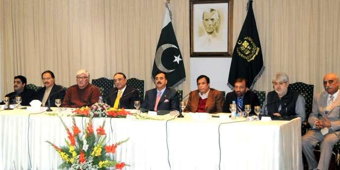 Le président du Pakistan, Asif Ali Zardari, (4e en partant de la gauche), et le premier ministre,Yousuf Raza Gilani (à sa gauche), le 16 janvier 2012, à Islamabad.