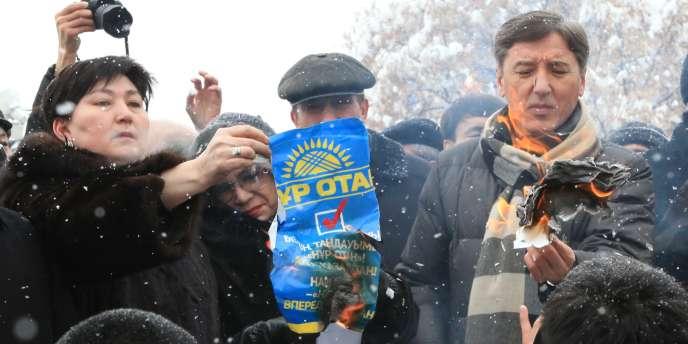 Des membres de l'OSDP-AZAT, seule formation d'opposition très critique à l'égard du régime, qui a seulement recueilli 1,68 % des suffrages, ont brûlé mardi à Almaty des tracts du parti Nour Otan.
