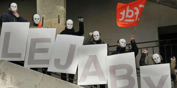 Manifestation de salariés de Lejaby dans la cour des Voraces, à Lyon, contre la fermeture de leur usine, le 17 janvier.